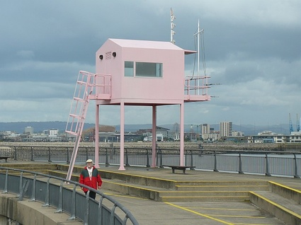 The_Pink_Hut,_Cardiff_Barrage_-_geograph.org.uk_-_960397.jpg